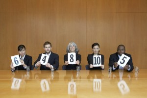 Titel: Executives At Conference Table Holding Score Cards Quelle: iStockphoto Autor: Albany Pictures